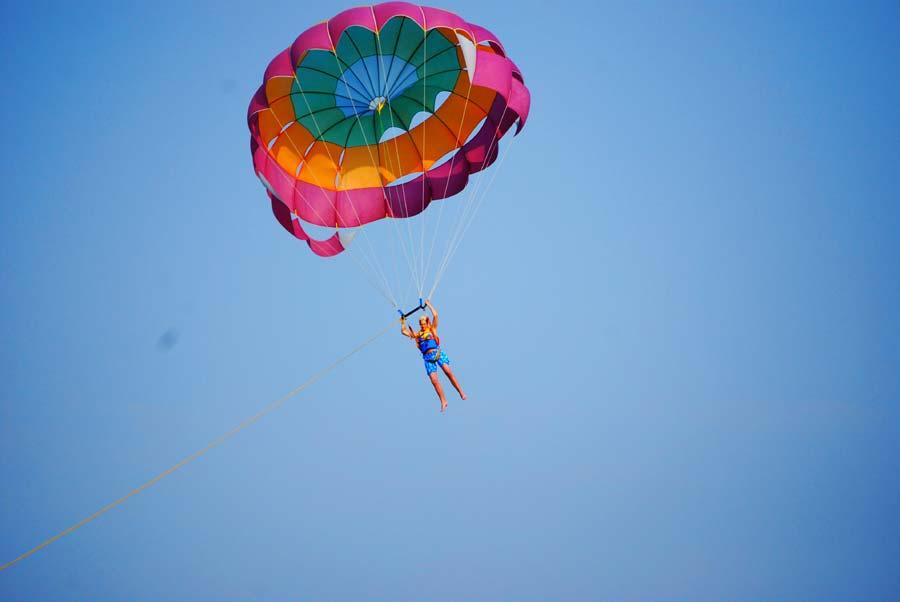 Fallschirm-Dassia-dassia-ski-club-Meer-Ausblick-Hoch-Urlaub-Ferien-Korfu-Sommer-Aktivitäten-Wassersports-Wassersportarten