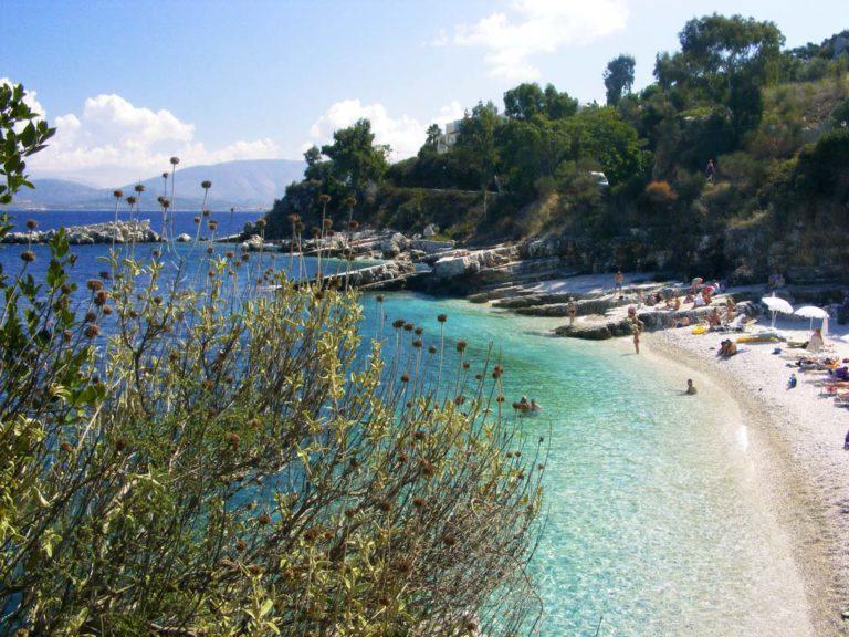 Kassiopi-Dorf-Küste-Strand-Felsen-Ionisches-Meer-Griechenland-Albanien-Blaues-Gewässer-Restaurants-Tavernas-Bars-Korfu