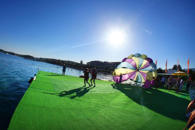 Fallschirm-Dassia-dassia-ski-club-Meer-Ausblick-Hoch-Urlaub-Ferien-Korfu-Sommer-Aktivitäten-Wassersports-Wassersportarten-Plattform