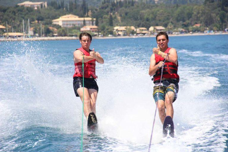 Wasserski-Sommer-Aktivitäten-Dassia-Dassia-ski-club-Wassersports-Wassersportarten-Adrenalin-Sommer-auf-Korfu-Urlaub-Ferien-Sport-treiben-Übung-Unterhaltung-Spaß-Familie-Kinder-Hobby-Beschäftigung