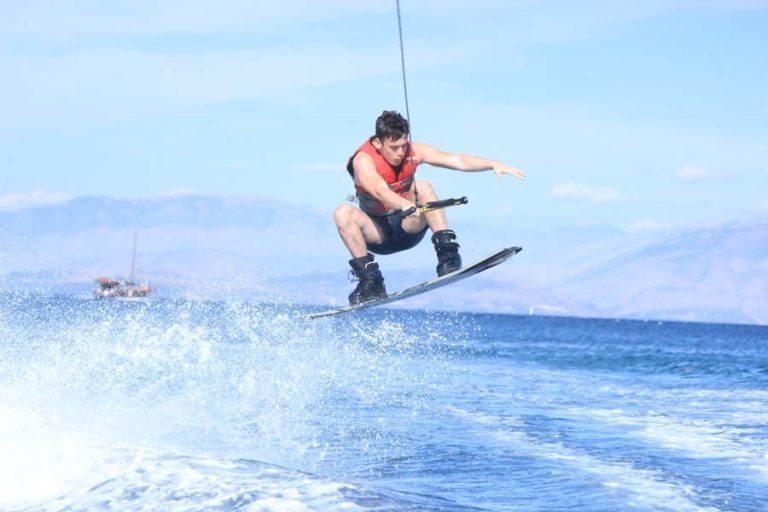 Wakeboard-Sommer-Aktivitäten-Dassia-Dassia-ski-club-Wassersports-Wassersportarten-Adrenalin-Sommer-auf-Korfu-Urlaub-Ferien-Sport-treiben-Übung-Unterhaltung-Spaß-Familie-Kinder